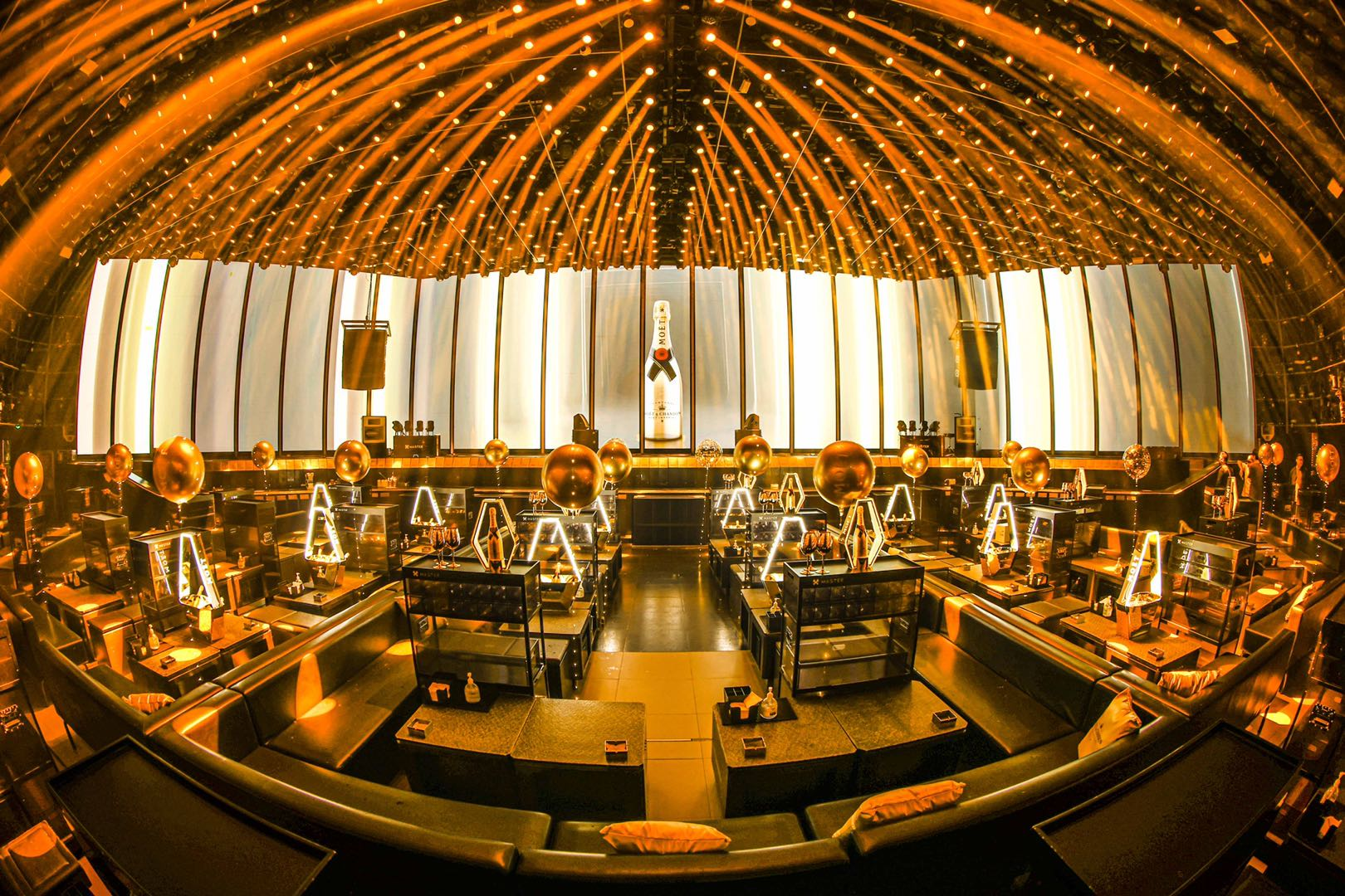 图片包含 室内, 建筑, 大, 桌子 描述已自动生成