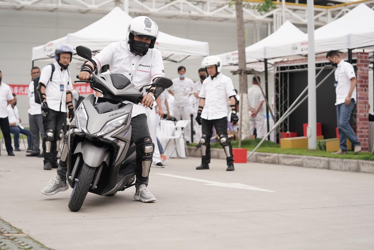 一群人骑着摩托车在路上走 描述已自动生成