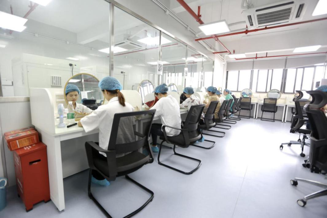 志愿者在高温环境中测试彩妆产品的妆效和持久度