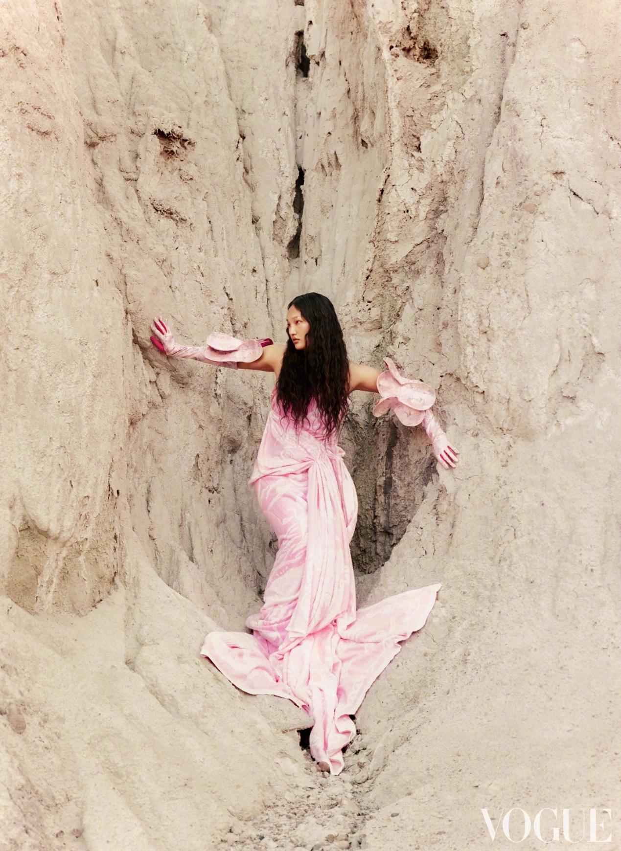 穿粉色裙子的女孩  低可信度描述已自动生成