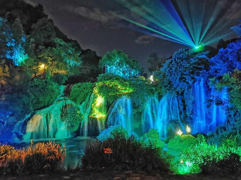 图片包含 华美, 灯光, 水, 颜色  描述已自动生成