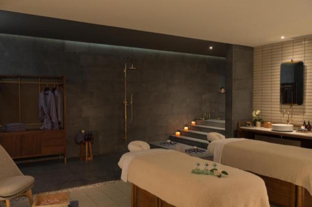 房间里有床和家具  中度可信度描述已自动生成