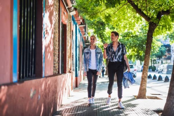 男人和女人走在街道上  中度可信度描述已自动生成