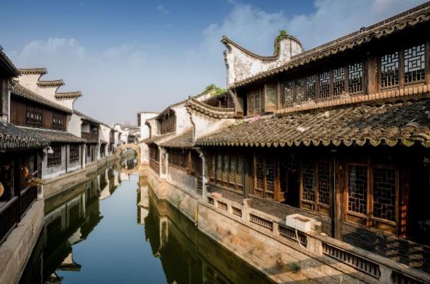 河边的建筑  描述已自动生成