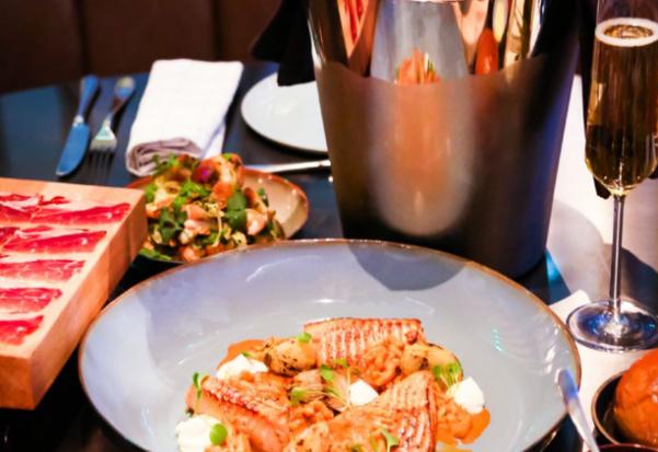 桌子上的盘子里摆着食物和饮料  描述已自动生成
