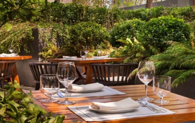 桌子上有一些食物和红酒  中度可信度描述已自动生成