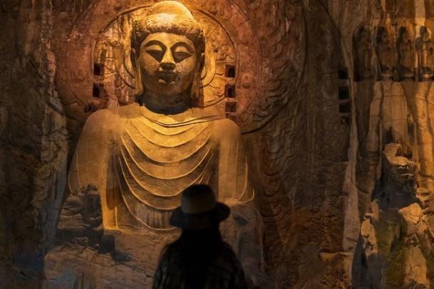 人站在石头上 低可信度描述已自动生成